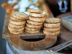 Leilas rosmarinkex med parmesan (kock Leila Lindholm) Breakfast Tray, Swedish Recipes, Fika, Parmesan, Crackers, Bread Recipes, Tapas, Biscuits, Sweet Tooth