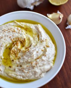 Dips are the ultimate party foods to bring good friends around a table along with a glass of wine. Quick, easy, with an incredibly creamy texture, this crowd-pleasing white bean hummus is the perfe. White Bean Hummus, White Bean Dip, White Beans, Easy Hummus Recipe, Easy Appetizer Recipes, Appetizers, Slow Cooker Chili, Navy Bean Recipes, Cannellini Bean Dip