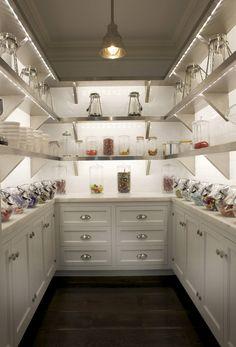 Светодиодная подсветка для кухонных шкафов: как выбрать, особенности монтажа и 65 универсальных идей http://happymodern.ru/podsvetka-dlya-kuhni-pod-shkafy-svetodiodnaya/ Светодиодные ленты по краю полок в этой кладовой выполняют роль основного освещения