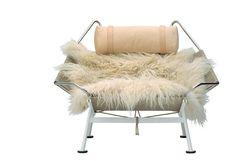 Cadeira Flag Halyard (1950), 1,04 x 0,80 x 1,15 m, de aço, linha e pele de ovelha, design Hans J. Wegner para PP Mobler, na Danish Design, pr...