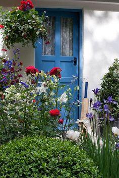 Chelsea Flower Show Sloane Square, London, England, blue :-) Garden Entrance, Garden Gates, Chelsea Flower Show, Patriotic Decorations, Interior Exterior, Interior Garden, Garden Inspiration, Garden Ideas, Curb Appeal