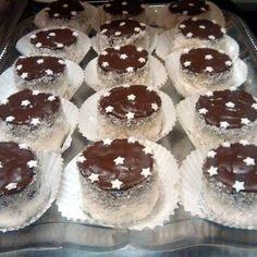 Szerintetek van olyan ember, aki nem szereti a kozák sapkát? Cake Bars, Holiday Dinner, Winter Holiday, Sweet Life, Cake Cookies, Cupcakes, Nutella, Cheesecake, Food And Drink