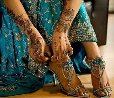 Henna and teal blue indian wedding dress and heels. the dress is beautiful and the shoes are amazing! Mehndi Designs For Hands, Bridal Mehndi Designs, Henna Designs, Lila Gold, Saris, Dress And Heels, Mehendi, Henna Mehndi, Hand Henna