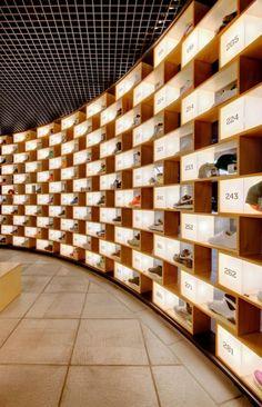 De sneakerwinkel Sneakerology in Sydney, is ontworpen door het architectenbureau Facet Studio. De oprichters van dit bureau Kashiwagi en Shihi werken met name in Japan en Australië. Hun werkstijl richt zich op het zoeken naar de meest geschikte oplossingen voor een project, zoals de begroting, de bouwmogelijkheden, wettelijke beperkingen en natuurlijke omgeving. Voor deze schoenenwinkel zijn ze geïnspireerd door een schoenendoos. In mijn ogen een inventieve uitwerking.