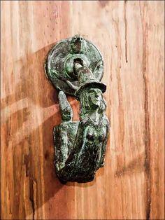 Llamador puerta - Aldaba bruja - Bitch knocker. #bronzeder Door Knobs And Knockers, Knobs And Handles, Door Handles, Vintage Doors, Unique Doors, Door Furniture, Old Doors, Knock Knock, Unique Vintage