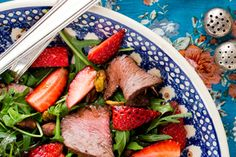 Strawberry salad with venison, rocket, pistachio and balsamic. Christmas Meat, Cooking Recipes, Healthy Recipes, Healthy Food, Baby Spinach, Venison, Savoury Dishes, Good Food, Strawberry