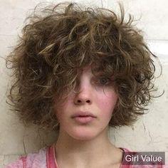 Camren Bicondova Short Curly Casual Hairstyle
