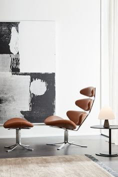 The Corona Chair designed by Poul M Volther unites stringent, simple and clean lines with the organic, soft and rounded details. The construction of the chair demonstrates a great focus on seating comfort and support. #fredericiafurniture #poulmvolther #coronachair #erikjørgensen #modernoriginals #interiordesign #scandinaviandesign #loungechair #livingroomdecor Corona Coffee Table, Coffee Tables, Floating Chair, Co Working, Seat Pads, Lounge Areas, Danish Design, Foot Rest, Scandinavian Design