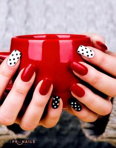After Christmas, the New Year is coming. The New Year is not only suitable for wearing beautiful new clothes, but also needs lovely nails. Dot patterns with a v New Year's Nails, Pink Nails, Pastel Nails, Modern Nails, Pretty Nail Art, Nail Art Diy, Red Nail Art, Beautiful Nail Designs, Stylish Nails
