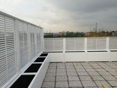 Terrazzo a Monza con Frangisole listello orizzontale e fioriere