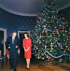 Onassis, Jacqueline Kennedy: John and Jacqueline Kennedy, in the Blue Room of the White House at Christmastime, 1961