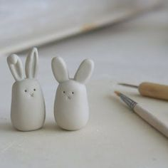 ArtMind: Tiny bunny love Trending Craft Ideas Using Paper Mache, Air Dry Clay, Colored Sand and Crot Bunny Love, Tiny Bunny, White Bunnies, Fimo Clay, Polymer Clay Crafts, Air Dry Clay Crafts, Felt Crafts, Diy Air Dry Clay, Paper Clay