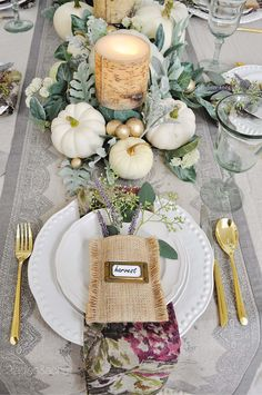 ferien tisch 40 Amazing Place Setting Ideas To Elevate Your Thanksgiving Table 40 Amazing Place Setting Ideas To Elevate Your Thanksgiving Table Rustic Thanksgiving, Thanksgiving Table Settings, Thanksgiving Tablescapes, Thanksgiving Decorations, Thanksgiving 2020, Holiday Tablescape, Decoration Communion, Table Centerpieces, Table Decorations