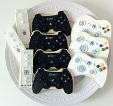 Gamer Decorated Cookies Wii Xbox and Playstation by peapodscookies, Book your Video Game Party Package Today! Galletas Cookies, Iced Cookies, Cute Cookies, Royal Icing Cookies, Cookies Et Biscuits, Cupcake Cookies, Sugar Cookies, Birthday Cookies, Deco Gamer