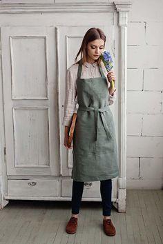 Kellner Uniform, Waiter Uniform, Kreative Desserts, Green Apron, Uniform Dress, Cute Aprons, Apron Designs, Kitchen Aprons, Barista