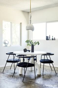The 7 Décor Trends Everyone Will Be Talking About in 6 Months Interior Design Tips, Interior Decorating, Decorating My First Apartment, Table And Chairs, Dining Table, Dining Chairs, French Decor, Dining Room Design, Home Decor Trends
