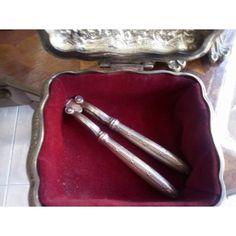 Καρυοθραύστης αντίκα Cristofle μήκους 17 εκατοστών σε άριστη κατάσταση, εξαιρετικά σπάνιο κομμάτι χρονολογείτε μεταξύ 1854 και 1880. Κομμάτι για συλλογή αλλά και χρήση. Antique Silver, Silver Plate, Plating, Antiques, Antiquities, Antique, Silverware Tray, Old Stuff