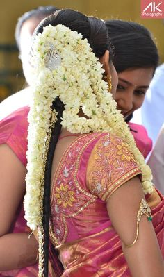 traditional South Indian Bride wearing bridal saree and jewellery. Indian Bridal Makeup, Indian Bridal Wear, Asian Bridal, Indian Wedding Hairstyles, Bride Hairstyles, Hairstyle Wedding, Hair Updo, Hairdos, Hairstyles Haircuts