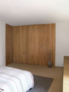 Looking for some fresh bedroom wood paneling design ideas? We've selected top 20 master room wooden panels from top interior designers to get you inspired FREE! Interior Architecture, Interior And Exterior, Interior Design, Closet Bedroom, Bedroom With Ensuite, Master Closet, Master Bedroom, Suites, Windows And Doors