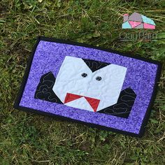 Got a few scraps and an hour or two of spare time? You can make this fast and easy Count Dracula mug rug. It's a fun Halloween project that beginners will love! Mug Rug Patterns, Quilt Patterns Free, Halloween Quilts, Halloween Projects, Halloween Party Favors, Cute Halloween, Small Quilts, Mini Quilts, Christmas Runner