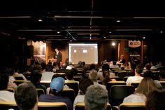 Plateia assiste à demonstração de Luiz Silveira, Gerente de Marketing da EPYX Soluções Editoriais, dos sistemas WoodWing e Adobe DPS para publicar em diversos canais. Foto: Patrícia Bruni.