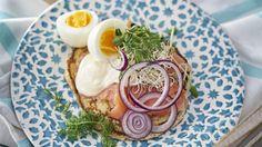 Blomkålssmörgås med kallrökt lax, ägg och majonnäs