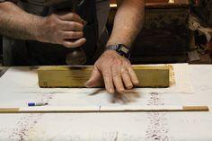 Santarcangelo di Romagna. Il Mangano. Antica stamperia artigiana. #artigianato #stampasutela #Oldclothprinting #santarcangelo  #telestampate #artigiano Artigiano al lavoro