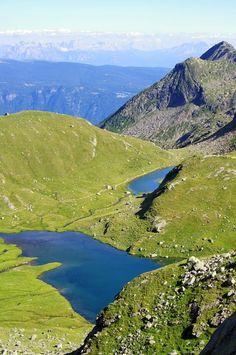 VAL DI SOPRANES (LAGO LUNGO 2377m) | SNOWCAMPITALY | In assoluto una delle più belle escursioni della regione turistica di Merano e dintorni. I laghi di Sopranes sono il più esteso gruppo lacustre alpino d'alta quota. Formatisi in conche depressionali glaciali si collocano nel cuore dello splendido ambiente montano del Gruppo di Tessa, caratterizzato da alture tondeggianti ed enormi massi erratici. Incredibile il colpo d'occhio fruibile su Alpi Sarentine e Dolomiti Orientali. snowcamp.it