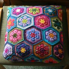 Ideas for crochet granny square pattern hexagon african flowers Crochet Cushion Cover, Crochet Pillow Pattern, Crochet Cushions, Granny Square Crochet Pattern, Crochet Afghans, Crochet Squares, Crochet Granny, Crochet Motif, Crochet Patterns