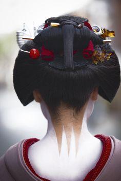 thekimonogallery:Maiko Katsuru 勝瑠 wears Sakko hairstyle. Text and photography by Onihide on Flickr. October 18, 2010. Kyoto, Japan.