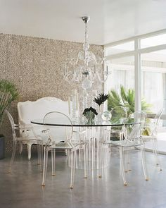 "Philippe Starck ""Louis Ghost"" chairs and a Lucite table in a Palm Springs interior designed by Michael Moloney and photographed by Joe Schmelzer for Elle Decor Lucite Chairs, Lucite Furniture, Acrylic Furniture, Lucite Table, Furniture Design, Funky Furniture, Table Furniture, Furniture Ideas, Deco Retro"