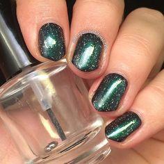 Dark green glitter mani. (by @thepolishedjuicebox on IG)