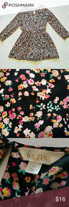 floral romper This chic floral romper features a large keyhole back, and elastic at the wrists and waist. It is in great condition and comes from a smoke free pet free home. Decree Pants Jumpsuits & Rompers