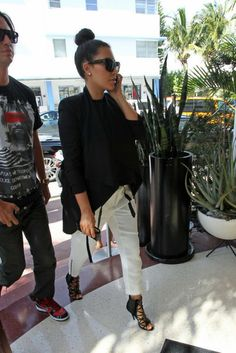 There is 1 tip to buy kim kardashian, white pants, sunglasses, shoes. Looks Kim Kardashian, Kardashian Style, Kardashian Jenner, Kourtney Kardashian, Looks Chic, Looks Style, Style Kim K, All About Fashion, Passion For Fashion