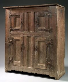 Armoire à quatre portes en chêne, h152 cm, l135 cm, p55 cm, Flandres, XIVème XVème Medieval Furniture, Primitive Furniture, Rustic Furniture, Antique Furniture, Tudor Decor, Interior Design History, Medieval Gothic, Inspired Homes, Historic Homes