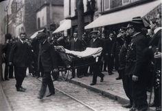 Sortie du corps du sous-chef de la Sûreté, tué par Bonnot le 28 avril 1912 à Ivry-sur-Seine.
