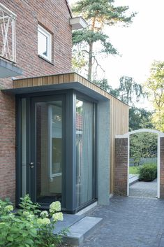 Gallery of Extension of a Post-War House / Lab-S + Kraal Architecten - 7 Modern Porch, Modern Entrance, House Entrance, Sas Entree, Front Door Canopy, Front Doors, Porch Extension, Glass Porch, Veranda Design
