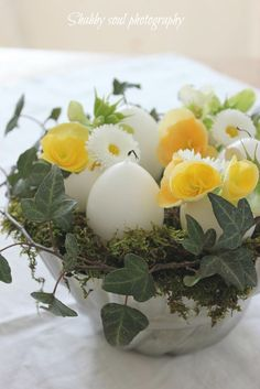Easter Arrangement in white yellow green Easter Table, Easter Eggs, Simple Centerpieces, Easter Centerpiece, Easter Flowers, Happy Spring, Jolie Photo, Deco Table, Easter Baskets