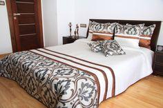 Prehoz cez posteľ bielo hnedej farby so sivým vzorom