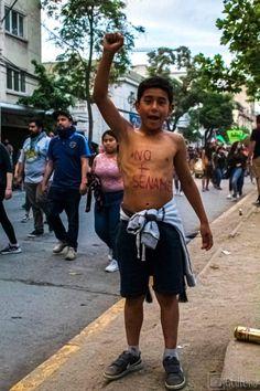 Marcha historica!! Cuando ibamos caminando por la marcha, se me cruzo en mi camino este niño, el cual tenia en su cuerpo el mensaje NO + SENAME. El lucha muy orgulloso y sin miedo, por los ñiños que no pueden manifestarse y que son abusados, maltratados y matados en esta mierda de institución llamada sename. El niño al irse le dice a su madre muy contento... Mamá , Mamá me haré famoso!! 25/10/19, parque Bustamante, Santiago de Chile. Registro fotográfico Guille J. Rivas