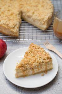 Jablečný cheesecake s drobenkou a karamelem
