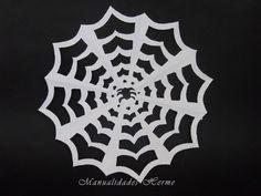 Fer una teranyina  http://manualidades.facilisimo.com/blogs/general/decoracion-halloween-hacer-tela-de-arana_1217231.html?aco=154l&fba