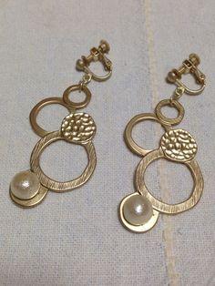 まるいパーツとコットンパールのイヤリング♡サイズ/約5cm|ハンドメイド、手作り、手仕事品の通販・販売・購入ならCreema。