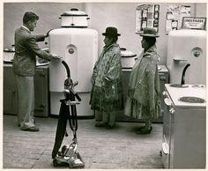 National Geographic - Des femmes boliviennes regardent les dernières marchandises d'un grand magasin (Août 1943)