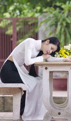 Women Who Defy Today's Standards Of Beauty Vietnamese Traditional Dress, Vietnamese Dress, Traditional Dresses, Asian Woman, Asian Girl, Vietnam Costume, Beautiful Vietnam, Vietnam Girl, Oriental Fashion