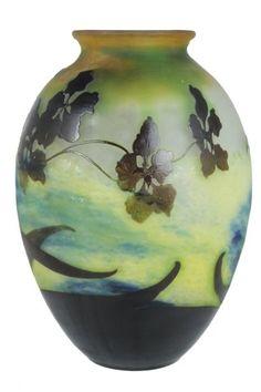 Émile GALLÉ (1846-1904) Vase à panse renflée à col resserré en verre gravé dégagé à l'acide à motif de fleurs de lotus Signé Accident H.: 36 cm