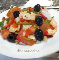 La esqueixada es un plato de origen catalán sencillo y sabroso, una ensalada fresca con bacalao, verduras y aceitunas, fácil de preparar y muy completa.