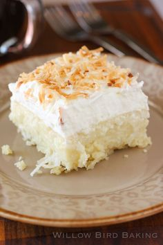 Coconut Cream Pie Bars are a delicious dessert with an easy shortbread crust, creamy coconut pastry filling and a stabilized sweetened whipped cream with toasted coconut. Coconut Desserts, Coconut Recipes, Just Desserts, Delicious Desserts, Coconut Bars, Coconut Cream Pies, Coconut Brownies, Coconut Milk, Coconut Cream Dessert