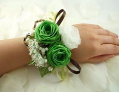 Check out some of our favourite wedding corsage tutorials from Little Wedding Diary. Kanzashi Flowers, Diy Flowers, Chocolates, Wrist Corsage Wedding, Wedding Boutonniere, Homecoming Corsage, Emerald Green Weddings, Prom Jewelry, Jewelry Party