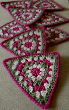 Transcendent Crochet a Solid Granny Square Ideas. Inconceivable Crochet a Solid Granny Square Ideas. Crochet Bunting, Crochet Blocks, Crochet Squares, Crochet Granny, Granny Squares, Blanket Crochet, Crochet Triangle Pattern, Easy Crochet Patterns, Crochet Motif